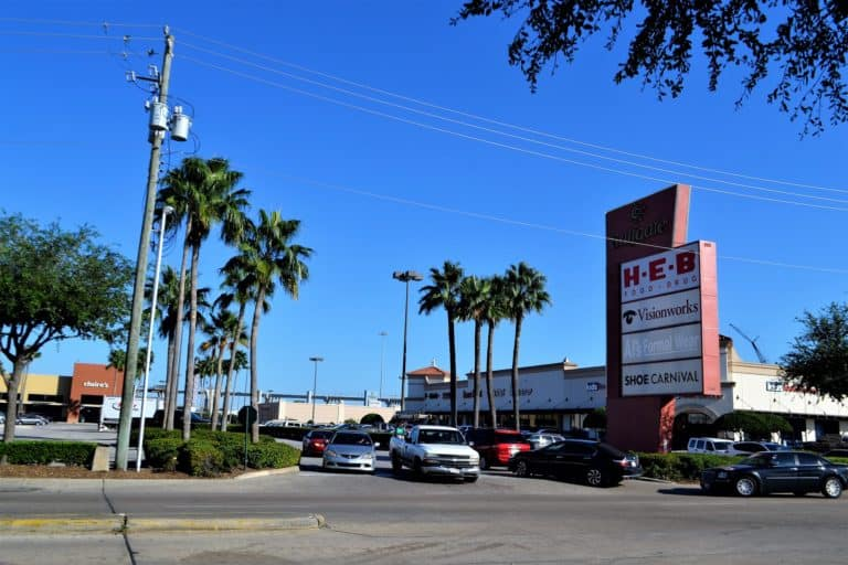 How much does H-E-B pay its workers?