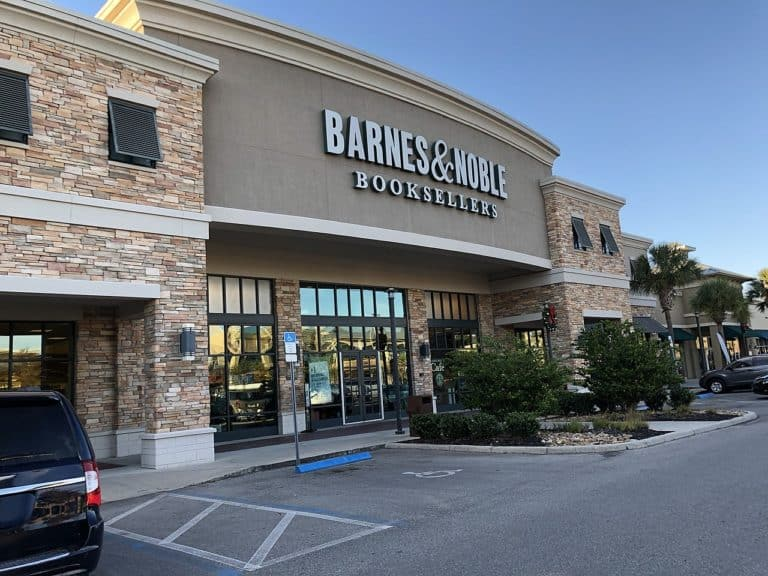 How much does Barnes & Noble pay its employees?